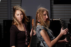 Молодая женщина с гитарой утеса Стоковые Фото