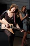 Молодая женщина с гитарой утеса Стоковые Изображения