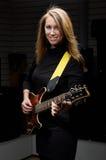 Молодая женщина с гитарой утеса Стоковые Изображения RF