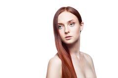 Молодая женщина с длиной прямыми естественными красными волосами Стоковая Фотография RF