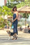 Молодая женщина с ее симпатичной собакой бигля в парке острова Бали, Индонезии Стоковое Изображение