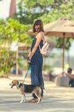 Молодая женщина с ее симпатичной собакой бигля в парке острова Бали, Индонезии Стоковое Изображение RF