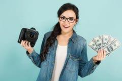 Молодая женщина с камерой и наличными деньгами Стоковые Фотографии RF