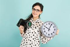 Молодая женщина с камерой и часами Стоковые Изображения RF