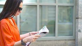 Молодая женщина с картой города в городе Путешествуйте туристская девушка с картой в вене outdoors во время праздников в Европе акции видеоматериалы