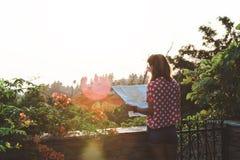 Молодая женщина с картой Стоковая Фотография
