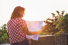 Молодая женщина с картой Стоковые Изображения
