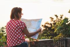 Молодая женщина с картой Стоковые Фото