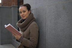 Молодая женщина с книгой стоковое изображение rf