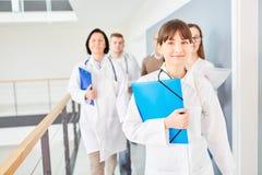Молодая женщина с командой докторов Стоковые Фотографии RF