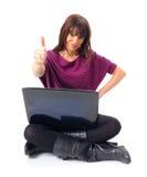 Молодая женщина с компьтер-книжкой Стоковое Фото