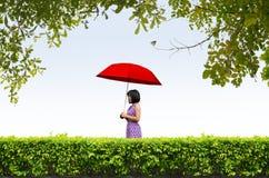 Молодая женщина с красным зонтиком Стоковая Фотография RF