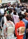 Молодая женщина с национальными одеждами национальные характеристики Японии стоковые изображения rf