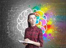 Молодая женщина с плановиком, мозг, формула Стоковое Фото