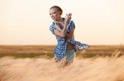 Молодая женщина с пробиркой дух в траве Стоковая Фотография RF