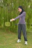 Молодая женщина с ракеткой badminton Стоковые Фотографии RF