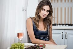 Молодая женщина с розовым вином Стоковое фото RF