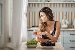 Молодая женщина с розовым вином Стоковая Фотография RF