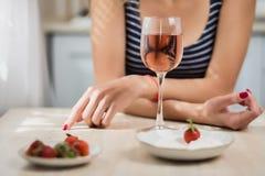 Молодая женщина с розовым вином Стоковые Изображения RF