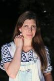 Молодая женщина с ростками и dungarees лета пока удящ Стоковое Изображение RF