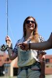 Молодая женщина с рыболовной удочкой на реке в Германии Стоковые Фото