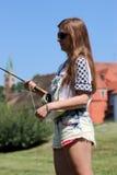 Молодая женщина с рыболовной удочкой на реке в Германии Стоковые Изображения