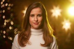 Молодая женщина с светами рождества стоковые изображения rf