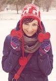 Молодая женщина с 2 сердцами в руках Стоковые Фото