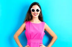 Молодая женщина с солнечными очками Стоковое Изображение
