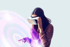Молодая женщина с стеклами виртуальной реальности самомоднейшие технологии Концепция будущей технологии стоковая фотография