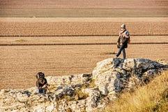 Молодая женщина с сын-подростком на холме Drazovce, желтым фильтром Стоковая Фотография