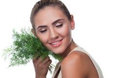 Молодая женщина с травами пачки (укроп) Стоковые Фотографии RF