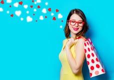 Молодая женщина с хозяйственной сумкой и абстрактными сердцами Стоковая Фотография RF