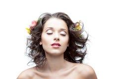 Молодая женщина с цветком в волосах Стоковые Фотографии RF