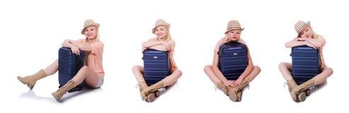 Молодая женщина с чемоданом готовым на праздник пляжа Стоковые Фотографии RF