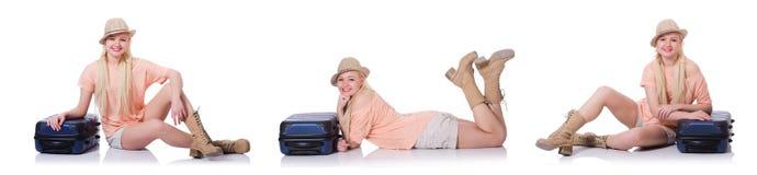 Молодая женщина с чемоданом готовым на праздник пляжа Стоковое Изображение