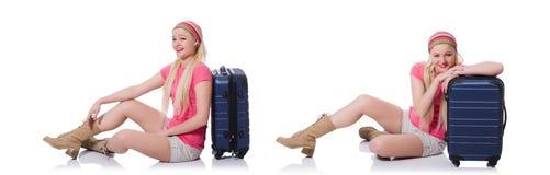 Молодая женщина с чемоданом готовым на праздник пляжа Стоковое Фото