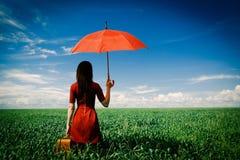 Молодая женщина с чемоданом и зонтиком стоковые изображения rf