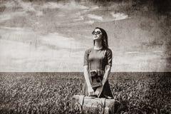 Молодая женщина с чемоданом стоковое фото