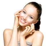 Молодая женщина с чистой кожей стоковое фото