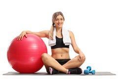 Молодая женщина с шариком и гантелями pilates Стоковое Изображение RF