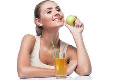 Молодая женщина с яблочным соком Стоковая Фотография