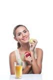 Молодая женщина с яблочным соком Стоковые Фото