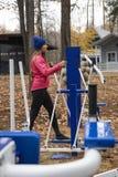 Молодая женщина, тренировка на similator спорт, природа, осень, образ жизни, лес стоковое фото rf