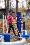 Молодая женщина, тренировка на similator спорт, природа, осень, образ жизни, лес стоковое изображение