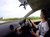 Молодая женщина управляет автомобилем видеоматериал