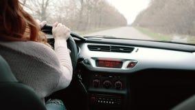 Молодая женщина управляя автомобилем, вид сзади сток-видео
