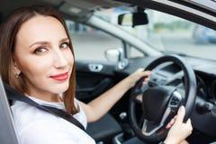 Молодая женщина управляя автомобилем на дороге стоковые фотографии rf