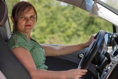 Молодая женщина управляя ее автомобилем Стоковая Фотография RF