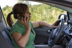 Молодая женщина управляя ее автомобилем Стоковые Изображения RF